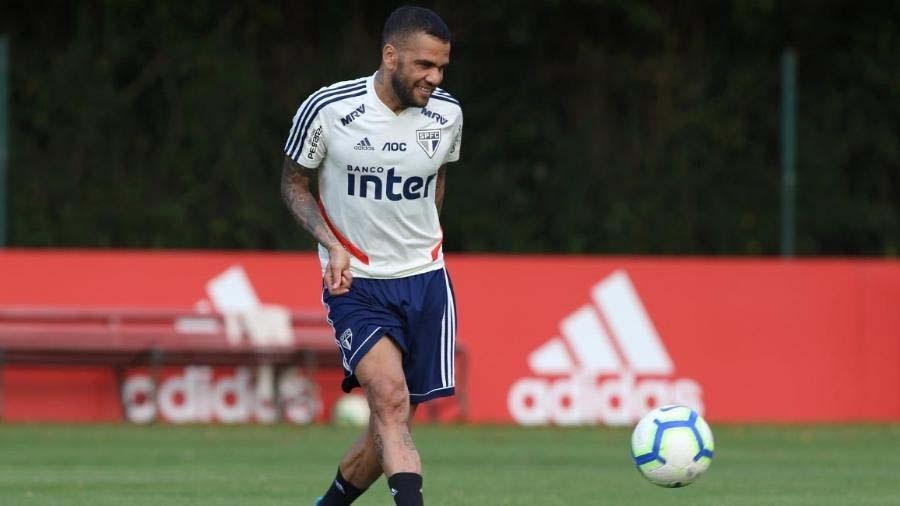 Condição física determinará se Daniel Alves será ou não titular