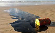 Barril de petróleo avistado em praia de Barra dos Coqueiros , em Sergipe, em foto de 27 setembro de 2019, divulgada pela agência ambiental do estado (ADEMAS/AFP)