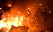 Manifestantes incendeiam contêineres nas ruas de Barcelona. (AFP)