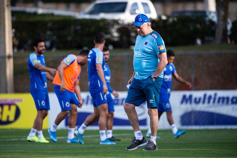 Abel Braga tem a missão de comandar o Cruzeiro na luta contra o rebaixamento