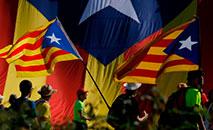 Manifestantes com bandeiras separatistas marcham por uma autopista perto de Girona em 16 de outubro de 2019 (AFP)