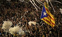 Manifestação de separatistas numa rua de Barcelona com milhares de pessoas mobilizadas (AFP)