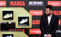 Messi recebe sua sexta Chuteira de Ouro, após marcar 36 gols no Espanhol (AFP)