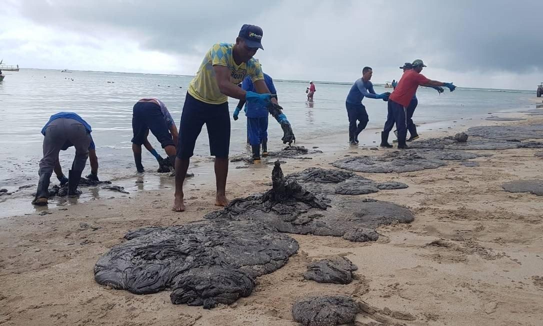 A prefeitura de Tamandaré confirmou pela manhã que parte dos arrecifes, próximos à praia de Carneiros, foi atingida pela substância.