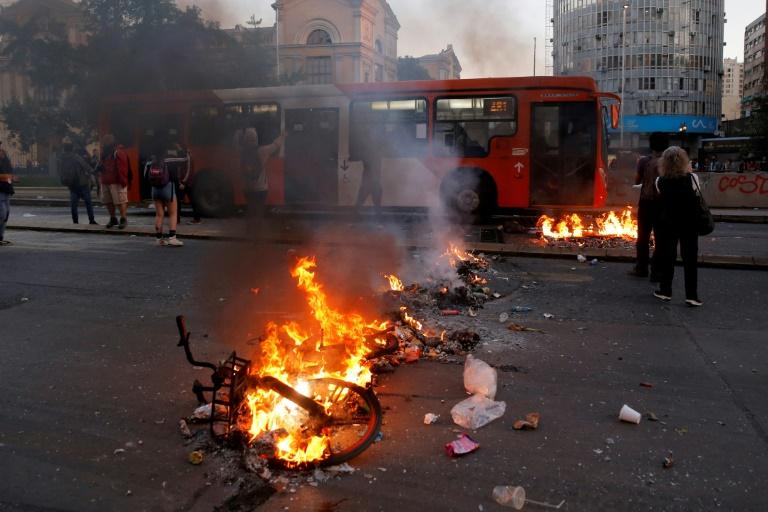 Incêndio em Santiago do Chile contra aumento nas passagens do metrô