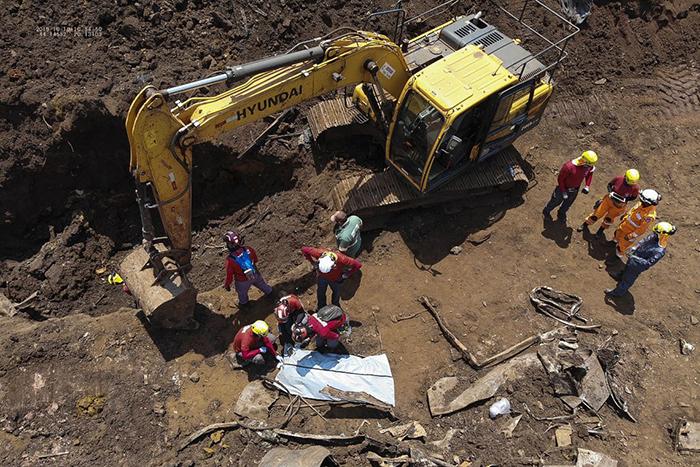 Segundo os bombeiros, o corpo é de um homem e estava a uma profundidade entre 2,5 e 3 metros