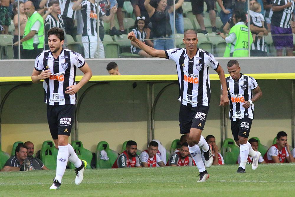 Leonardo Silva do Atlético comemora seu gol durante partida contra o Santos no Estádio Independência pelo Brasileiro.