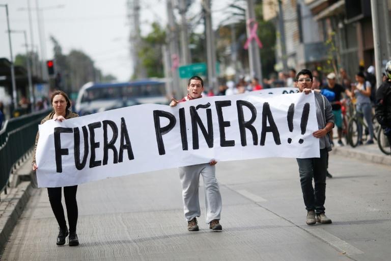 As autoridades chilenas decretaram toque de recolher no Chile pelo segundo dia