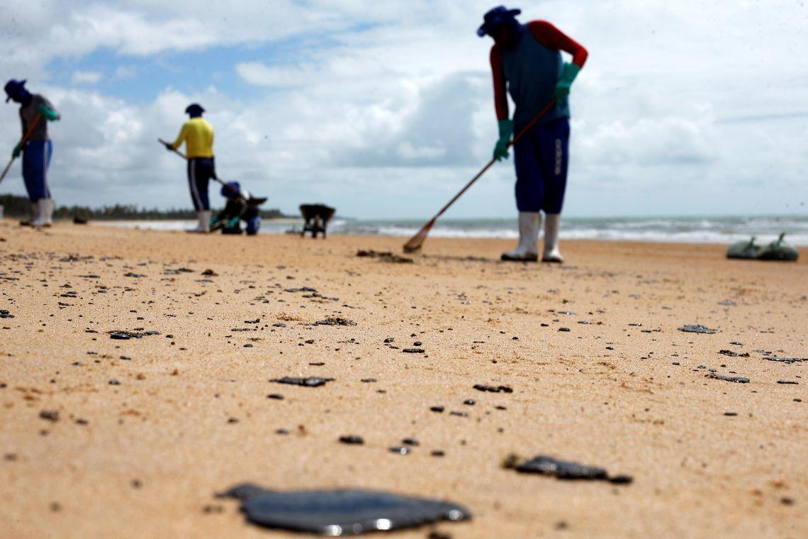 Nesse sábado (19) uma ação conjunta conseguiu retirar mais de 30 toneladas de óleo de sete praias de Pernambuco.
