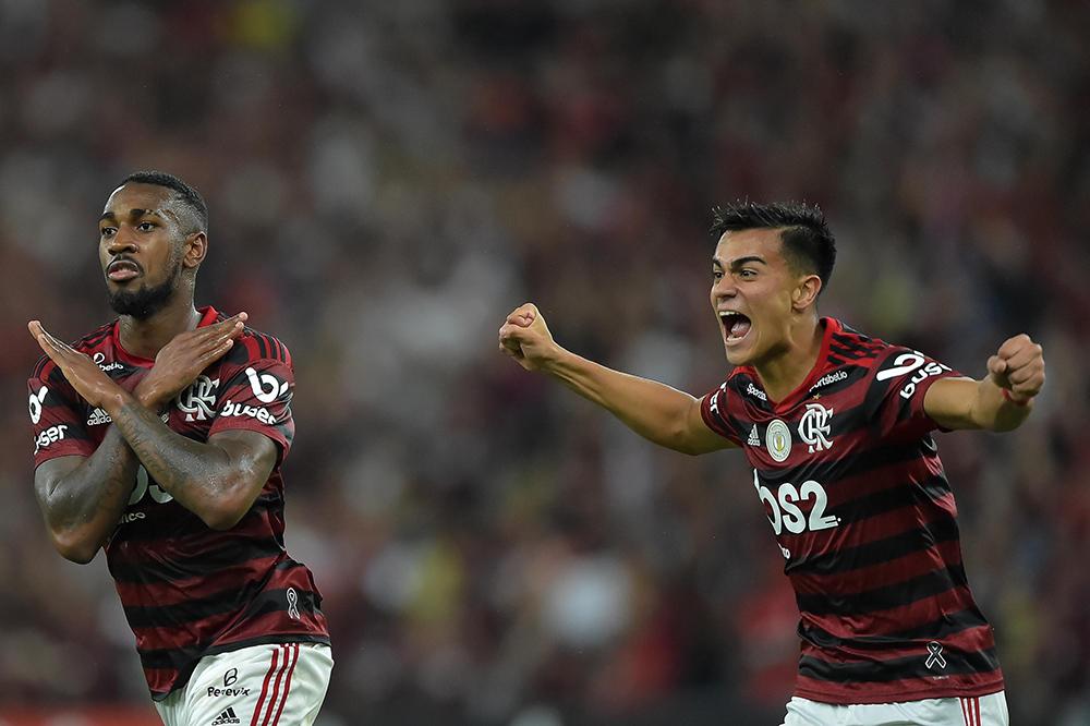 Gerson jogador do Flamengo comemora seu gol com o jogador Reinier durante partida contra o Fluminense