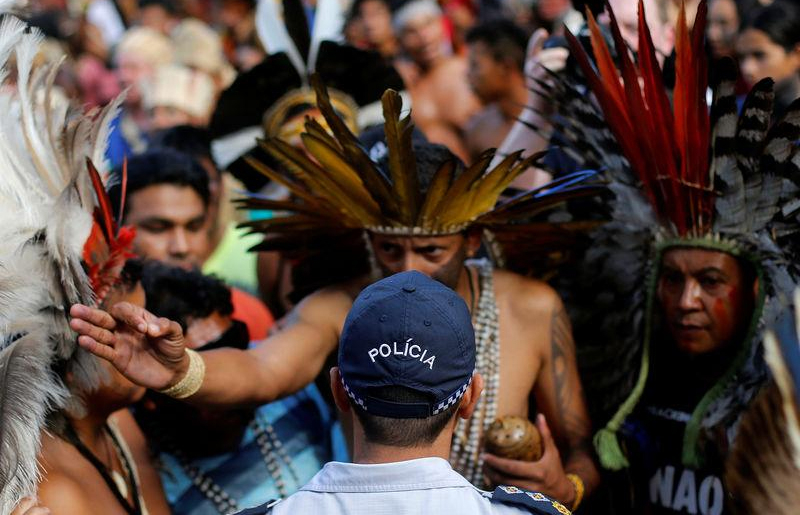 Índios participam de protesto por demarcação de terras em Brasília.