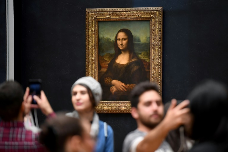 (Arquivo) Visitantes do museu do Louvre em Paris fotografam a pintura