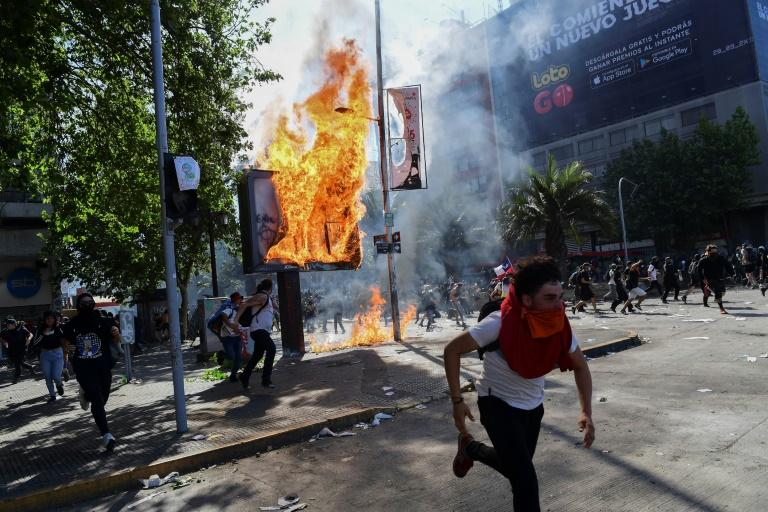 Confrontos entre manifestantes e polícia de choque em Santiago (AFP)