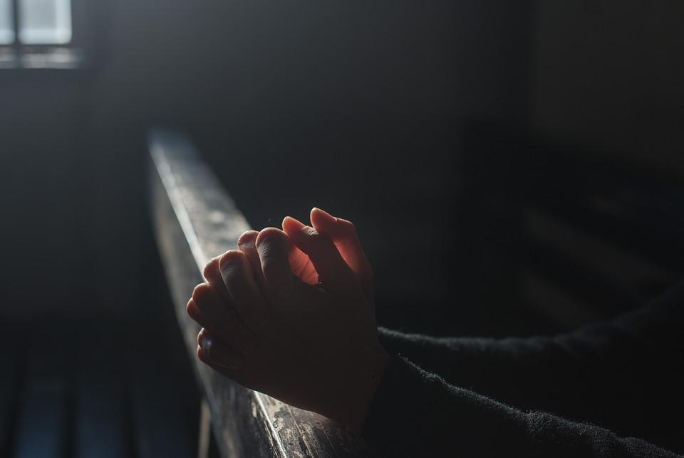 Temos de ler a parábola em atitude autocrítica: por que achamos que somos melhores que os agnósticos? Por que nos sentimos mais perto de Deus dos que não são praticantes?
