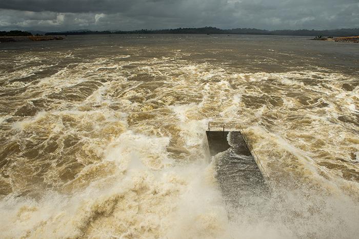 Águas do Rio Xingu liberadas da comporta da casa de força auxiliar no Sítio Pimental da usina hidrelétrica de Belo Monte.