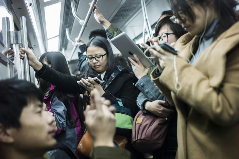 Nos horários de pico, as estações de metrô da capital da China registram longas filas de pessoas aguardando para passar pelos controles de segurança