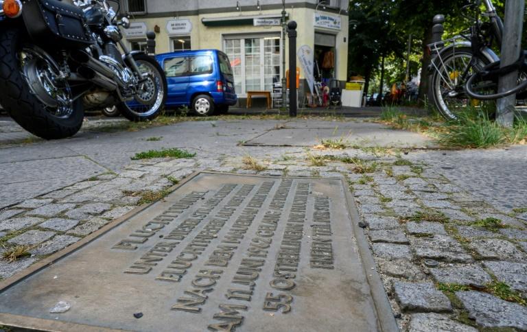 Uma placa marca o local de Berlim Oriental, onde um túnel foi construído em 1962 que se comunicava com um edifício em Berlim Ocidental