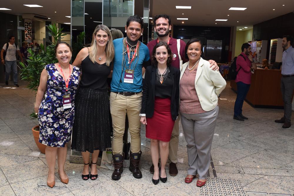 Professoras Beatriz Souza Costa, Adriana Camata, Ana Virginia Gabrich e Marisa Rios ao lado de Geovai Krenak e Luiz