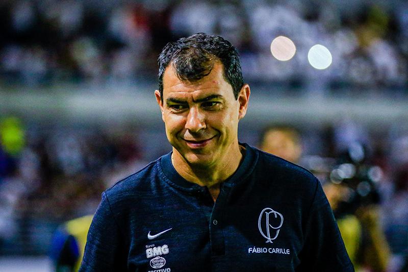O técnico Fábio Carille continua no comando do Corinthians
