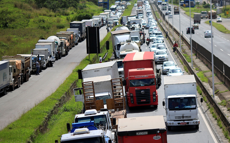 No Brasil, 80% das cargas são transportadas pelas rodovias.