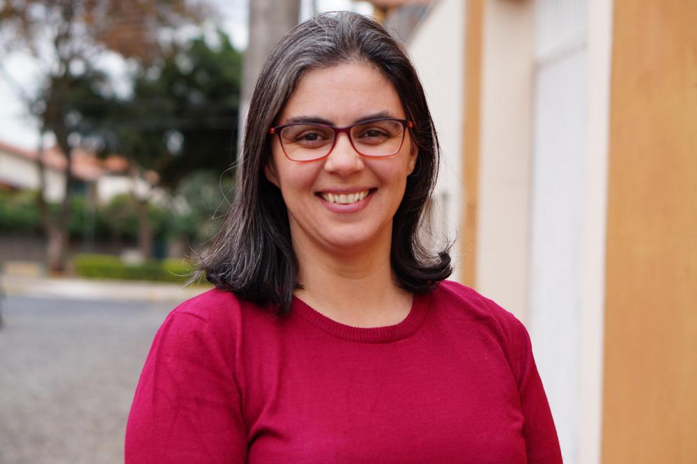 A poeta mineira Ana Elisa Ribeiro apresenta mais uma obra lúdica em que e afetiva sobre o cotidiano e a memória.