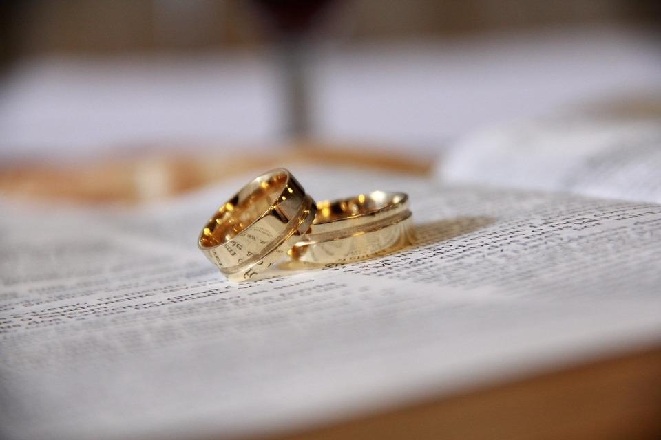 Os primeiros povos a utilizarem esses anéis foram os Egípcios, no séc. III a.C.
