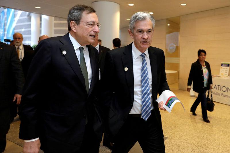 O presidente do Banco Central Europeu (BCE), Mario Draghi (E), e o presidente do Federal Reserve, Jerome Powell, caminham durante a reunião de primavera do FMI.