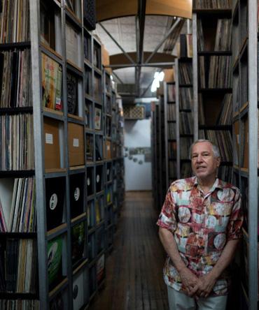 B. George, co-fundador e diretor do ARChive of Contemporary Music, em frente à vasta coleção da instituição, que inclui cerca de 3 milhões de gravações. (AFP)