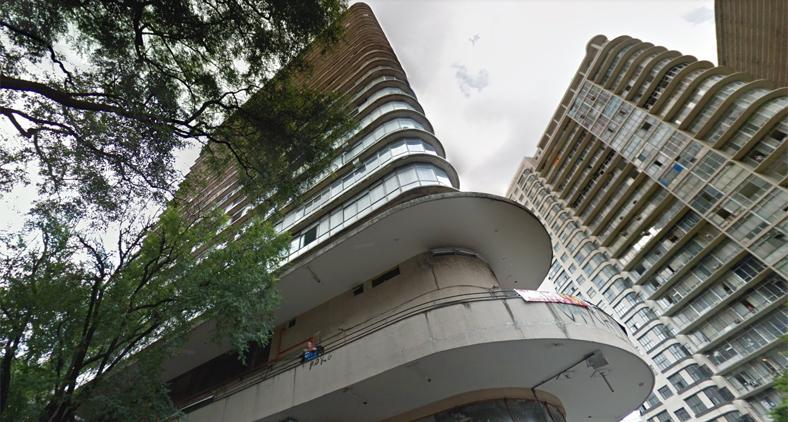Conduzi o músico até a varanda do Edifício Joaquim de Paula e ficamos filmando o vaivém das pessoas e dos carros.