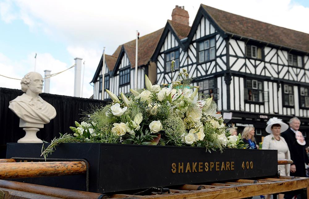 Tributo a Shakespeare durante o desfile que marcou os 400 anos de sua morte em Stratford-upon-Avon, Warwickshire.