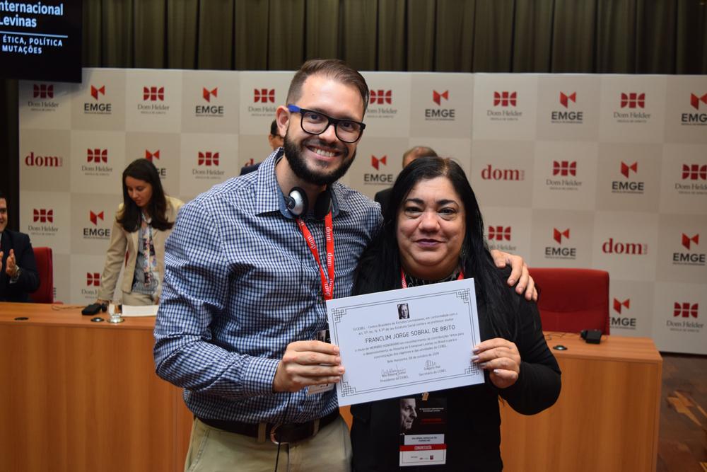 A professora Valdênia Geralda de Carvalho, representando o professor Franclin Brito, recebeu o diploma de membro honorário do Cebel.