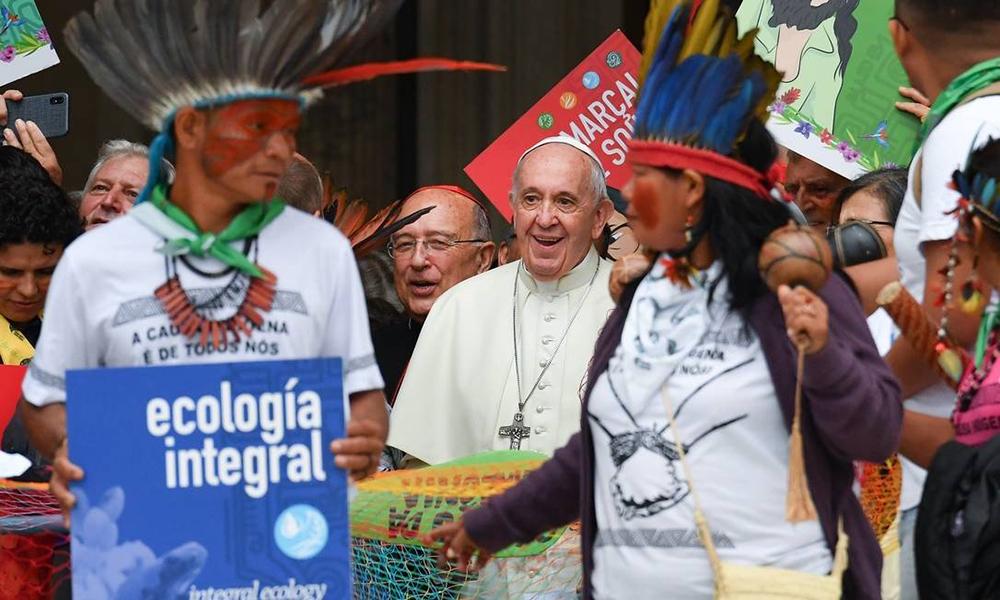 Papa Francisco deixa a Basílica de São Pedro em procissão durante a abertura da Assembleia do Sínodo para a Amazônia, na Cidade do Vaticano, ao lado de representantes de povos indígenas.