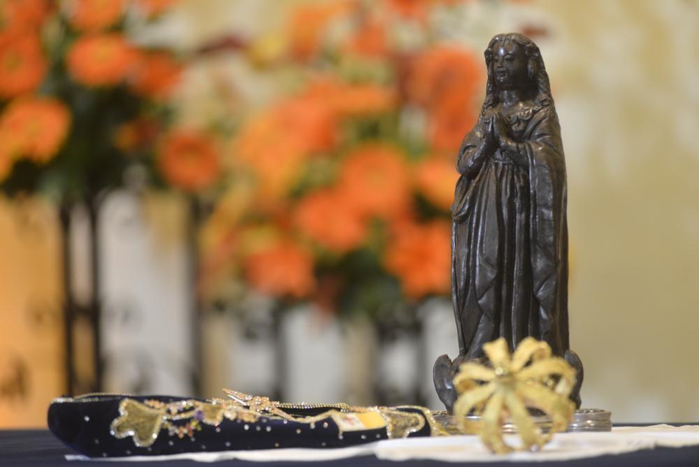 Os relatos de que o enegrecimento da imagem da Aparecida tenha se dado pela fuligem das velas não pode e não deve, de forma alguma, tirar a mística e o simbolismo de que ela é a Virgem Negra.