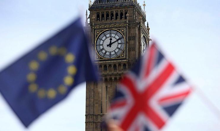 Uma bandeira da União Europeia e uma bandeira da União Britânica são vistas em 19 de junho de 2016, na Parliament Square, em Londres. Os eleitores no Reino Unido votaram em 23 de junho de 2016 para deixar a União Europeia. (CNS/ Neil Hall, Reuters)
