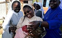 Irmãs do Quênia cuidam de galinhas enquanto aprendem sobre as oportunidades de empreendimentos sociais em uma fazenda de aves. (Santa Clara University)