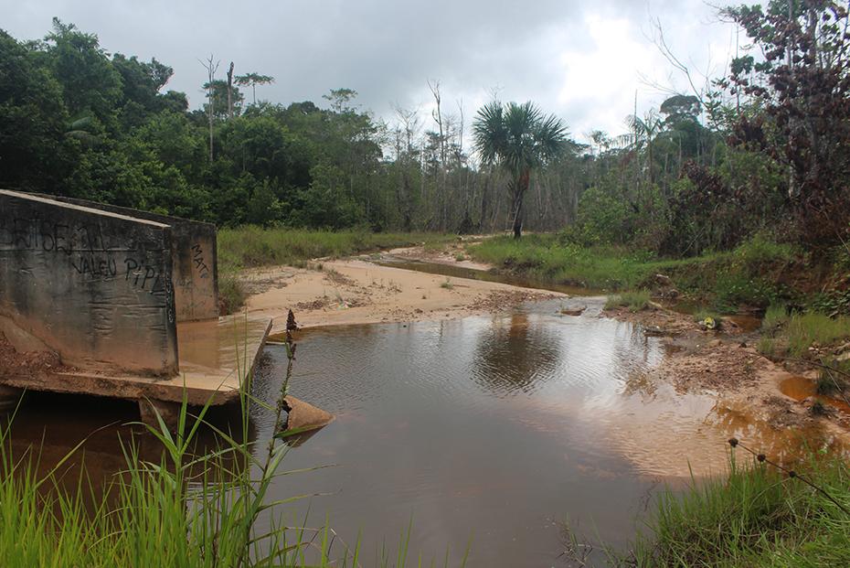 Tubulação despeja resíduos sem tratamento no igarapé Aracanga, fonte de alimento e lazer para os moradores do Abacatal.