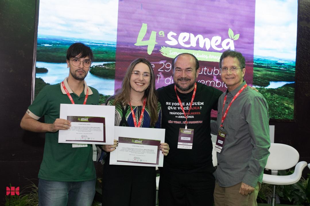 Alunos Rafaela Coutinho e Mathaus Maciel recebem certificado de 1º lugar por pôster apresentado na Semea.