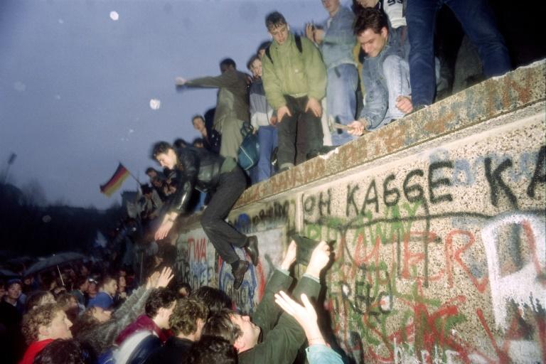 Alemães orientais recebem outros do Ocidente no Portão de Brandenburgo, em Berlim, em 22 de dezembro de 1989