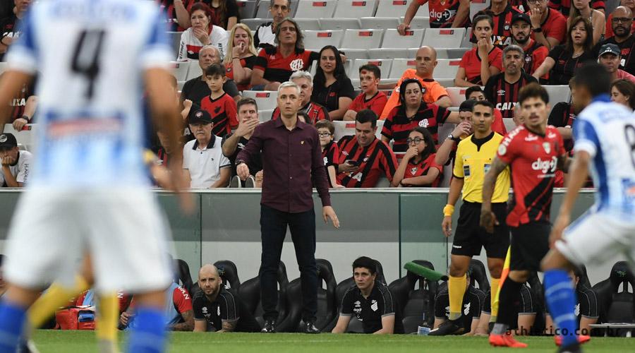 Valorizado no mercado, treinador do Furacão é o preferido da diretoria do Corinthians