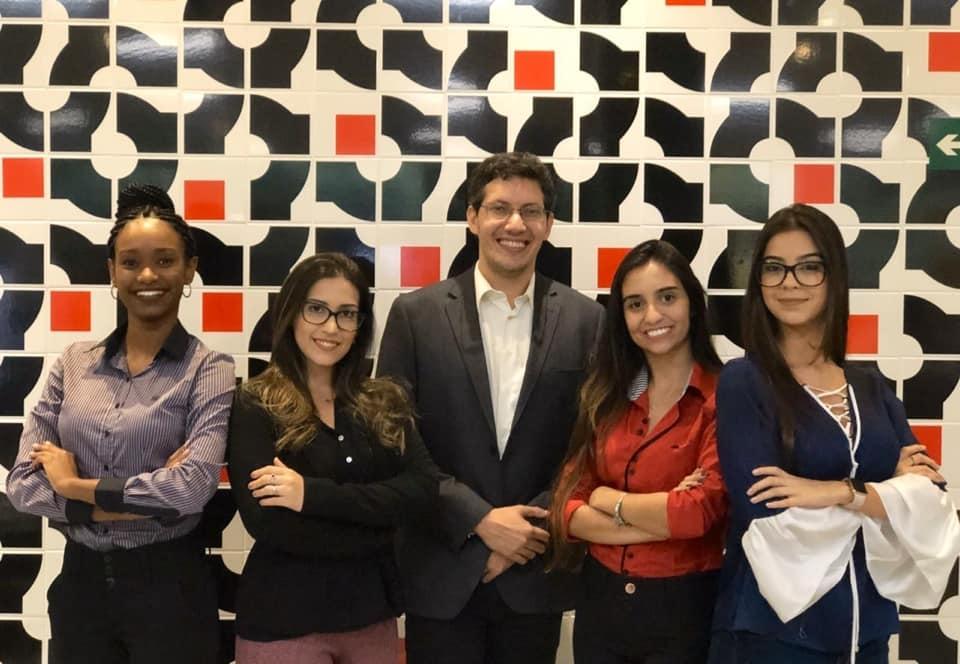 Dandara Passos, Vitória Tavares, professor Pedro Eliezer, Rafaela Machado e Bárbara Nazareth integram a equipe 312, da Dom Helder.