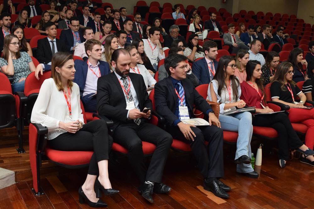 Auditório com professores da Dom Helder e autoridades durante a abertura do III Tax Moot Competition