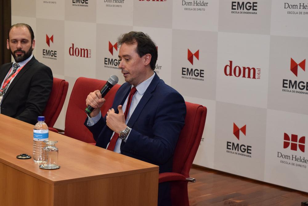 O professor da Dom Helder, Leonardo Alvim, fala durante a abertura do campeonato