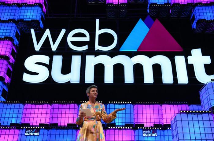 A Comissária Europeia Margrethe Vestager no palco da Cúpula da Web de Lisboa