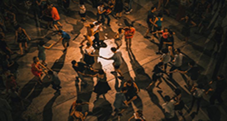 Deixamos de botar o corpo nas ruas, de ocupar as praças e outros espaços sociais, por medo (Ardian Lumi/ Unsplash)