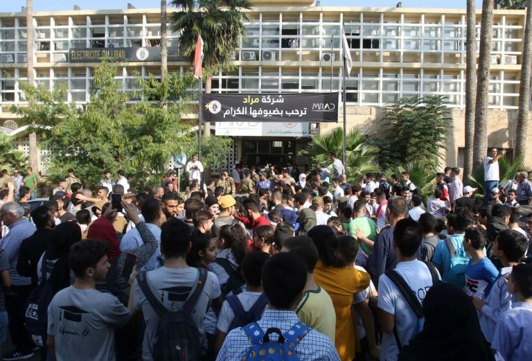 Estudantes libaneses se reúnem em uma manifestação antigovernamental fora da sede local da Empresa Nacional Eletricidade do Líbano na cidade de Sidon, no sul do país
