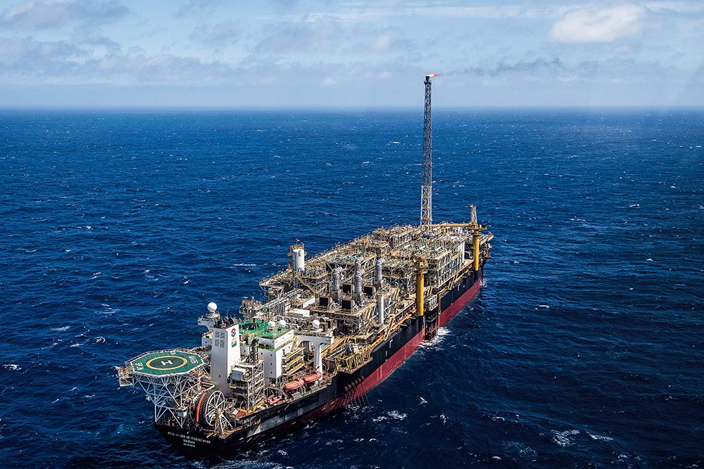 A Petrobras, com as chinesas CNOOC e CNODC, arrematou duas das quatro áreas oferecidas, pagando R$ 69 96 bilhões