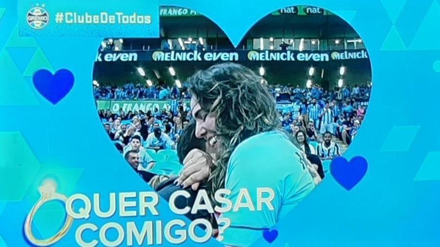 A cena sublinha a presença de torcedores LGBT nos estádios brasileiros
