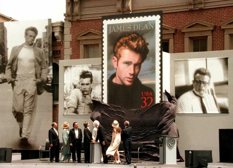 Lançamento de um selo com a imagem do ator James Dean, em 2001