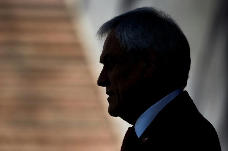 Silhueta do presidente chileno, Sebastián Piñera, no palácio de La Moneda, em Santiago, 6 de novembro de 2019