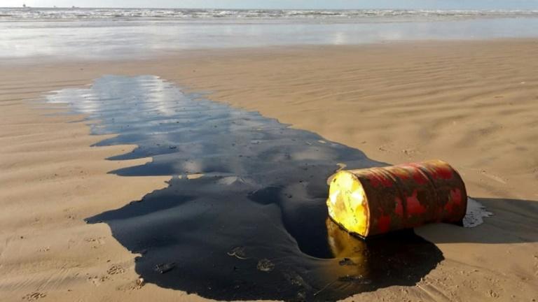 Manchas de óleo aparecem há três meses na costa brasileira